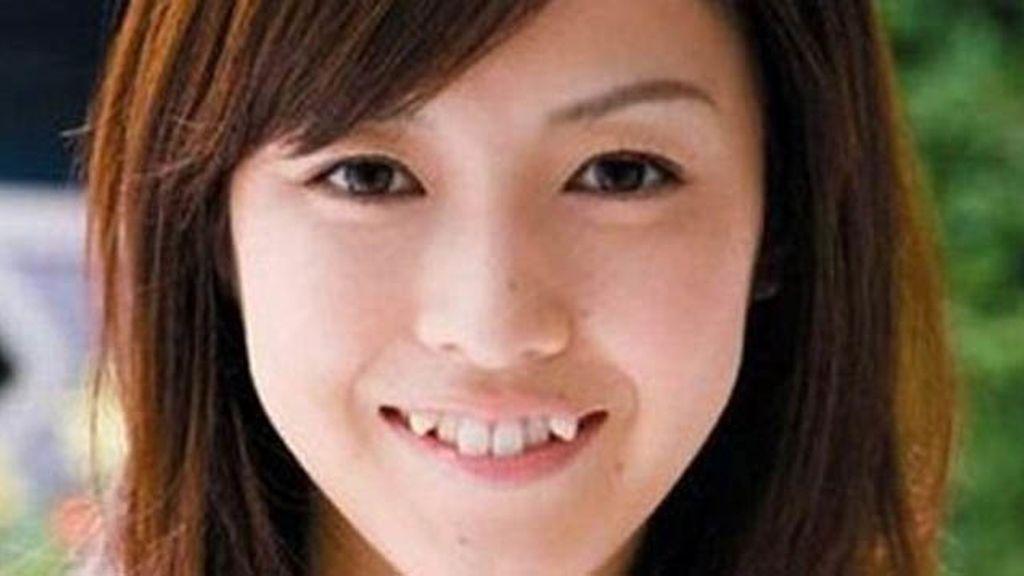 Una joven japonesa con estos dientes de moda