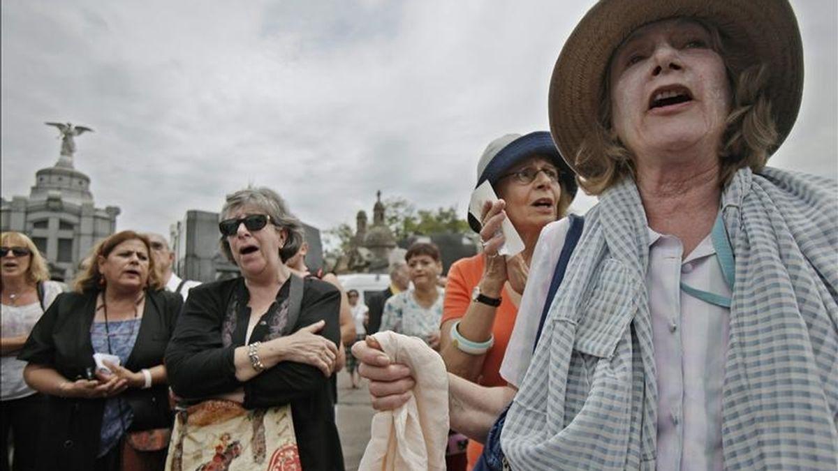 Seguidoras de la escritora y compositora argentina María Elena Walsh, cantan sus canciones este 11 de enero en el cementerio de la Chacarita, en Buenos Aires (Argentina) donde fue sepultada. EFE
