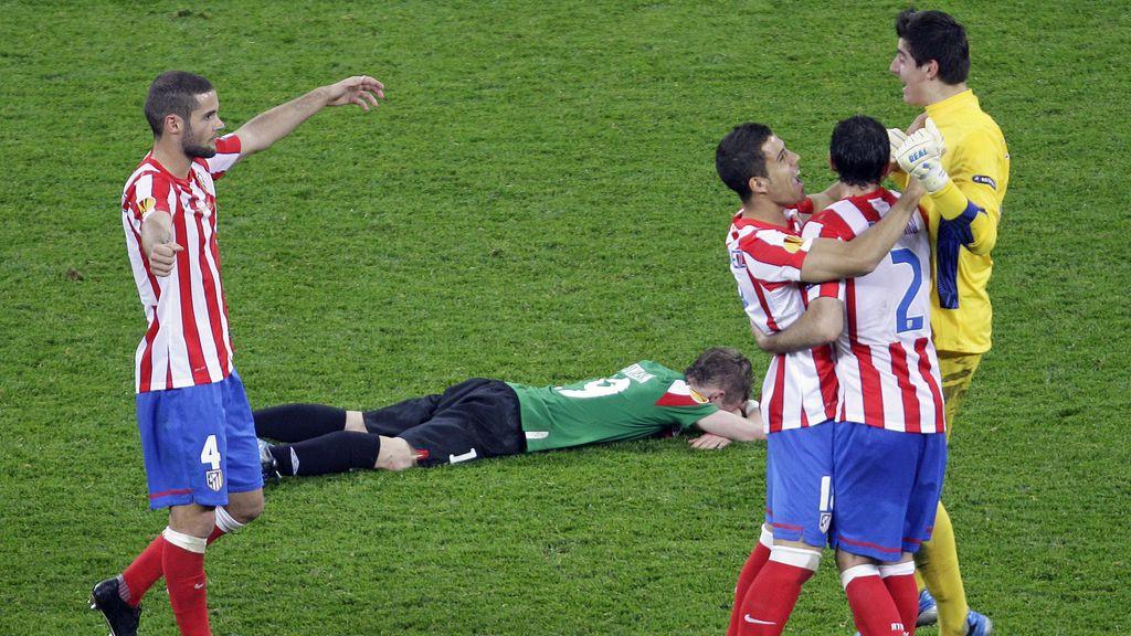 La alegría de los jugadores del Atlético de Madrid contrasta con la desolación de Iker Muniain