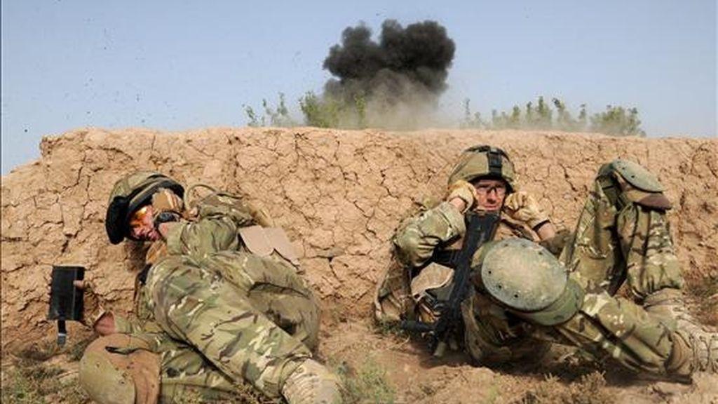 Soldados de la Compañía Somme del primer batallón del regimiento del duque de Lancaster, se protejen los oídos de las explosiones mientras destruyen explosivos y otros materiales hoy 31 de julio de 2010 durante la segunda jornada de la operación Tor Shezada en Nad e Ali, Afganistán. EFE/CORPORAL BARRY LLOYD RLC