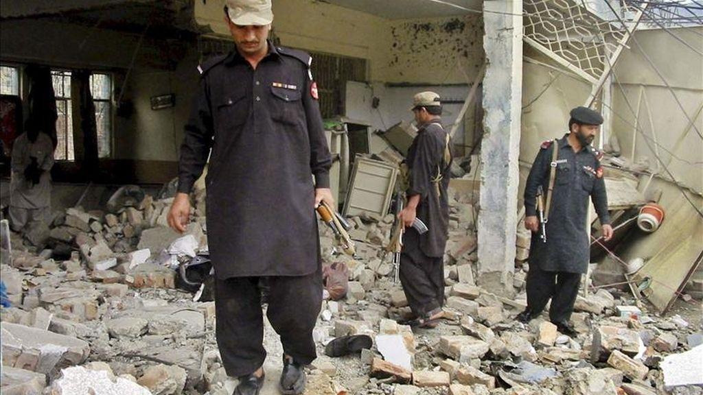 Al menos treinta personas murieron hoy en tres explosiones, supuestamente provocadas por terroristas suicidas, junto a la mezquita de Sakhi Sarwar, en la ciudad de Dera Ghazi Khan, al oeste de Pakistán, según informaron fuentes oficiales. EFE/Archivo