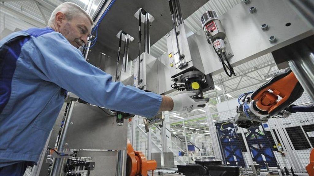 Reinhold Apfel controla una máquina en su puesto de trabajo de la fabrica de la planta de BMW en Dingolfing, Alemania. EFE/Archivo