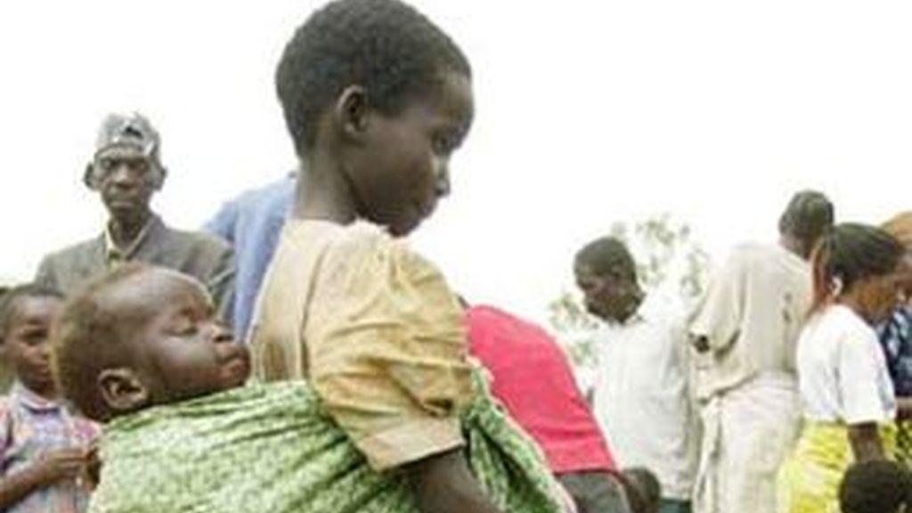 Una niña recibe ayuda humanitaria en Bunia, una región del Congo. Foto: Sayyid Azim