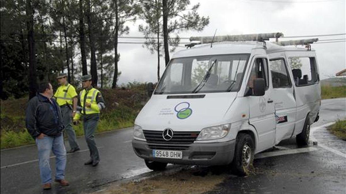 El microbús en el que viajaban siete adolescentes que resultaron heridos, junto a la conductora, en un accidente ocurrido hoy en Pontevedra. EFE
