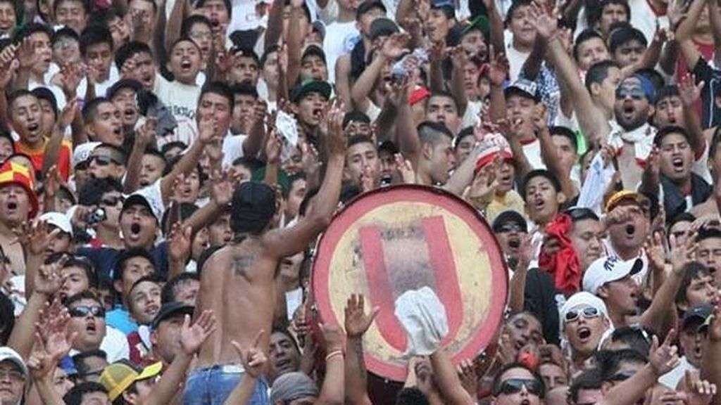 Un joven se expone por amor en un partido de fútbol en Perú