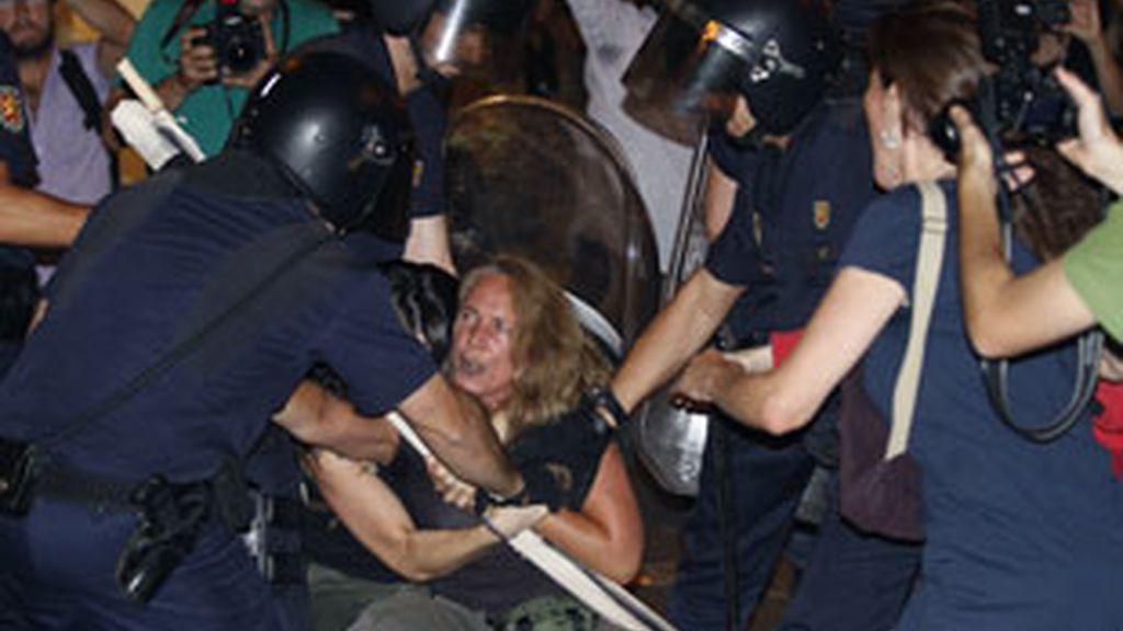 Imagen de las cargas de la policía durante las manifestaciones laicas. Foto: EFE