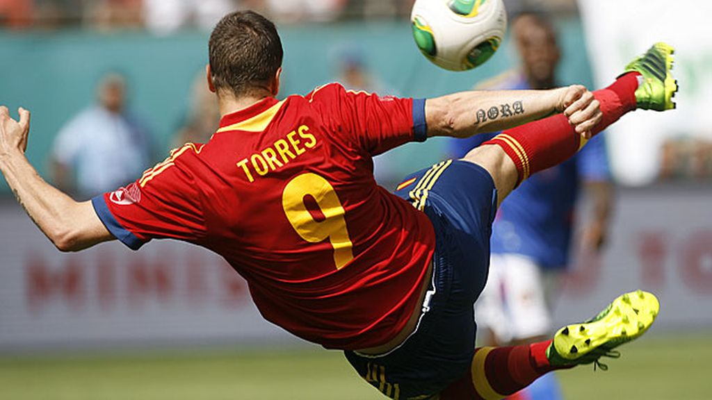Fernando Torres remata de volea ante Haití