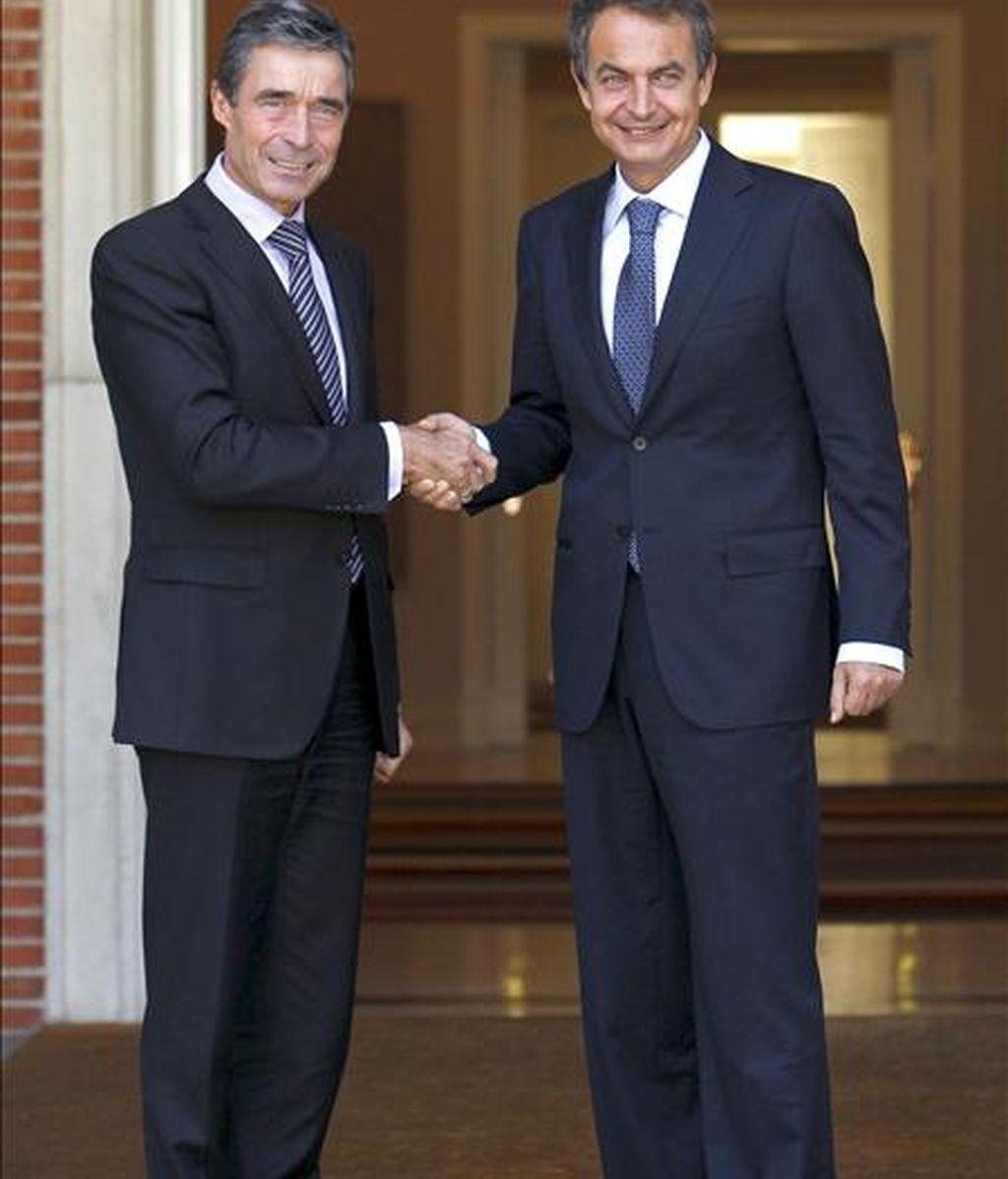 El presidente del Gobierno, José Luis Rodríguez Zapatero (d), saluda al secretario general de la OTAN, Anders Fogh Rasmussen, a quien recibió hoy en el Palacio de la Moncloa con motivo de su visita de trabajo a España. EFE