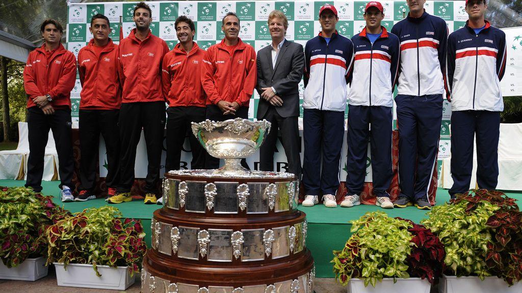 Tenistas españoles y estadounidenses posan con el trofeo tras el sorteo oficial de sus semifinales de la Copa Davis
