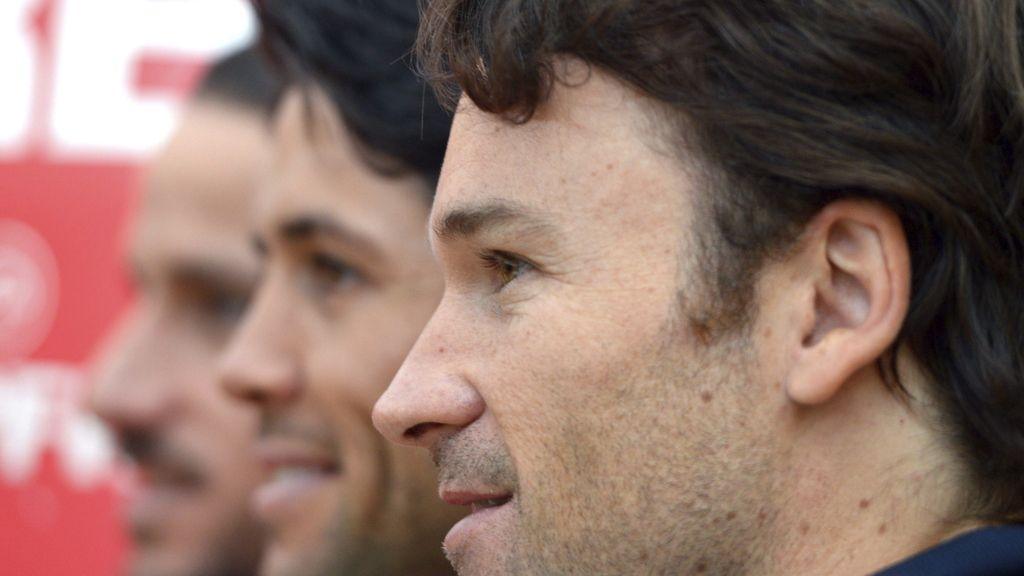 El capitán del equipo español de Copa Davis, Carlos Moyá (d), en una rueda de prensa junto a los jugadores Fernando Verdasco (c) y Feliciano López