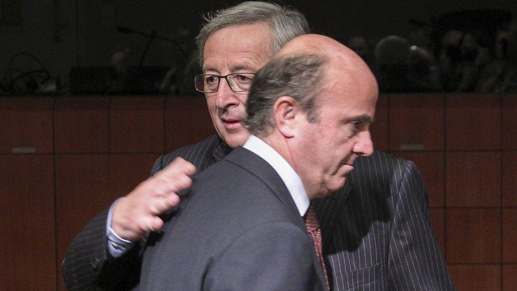 El presidente del Eurogrupo, Jean-Claude Juncker, y el ministro español de Economía y Competitividad, Luis de Guindos durante la reunión del Eurogrupo