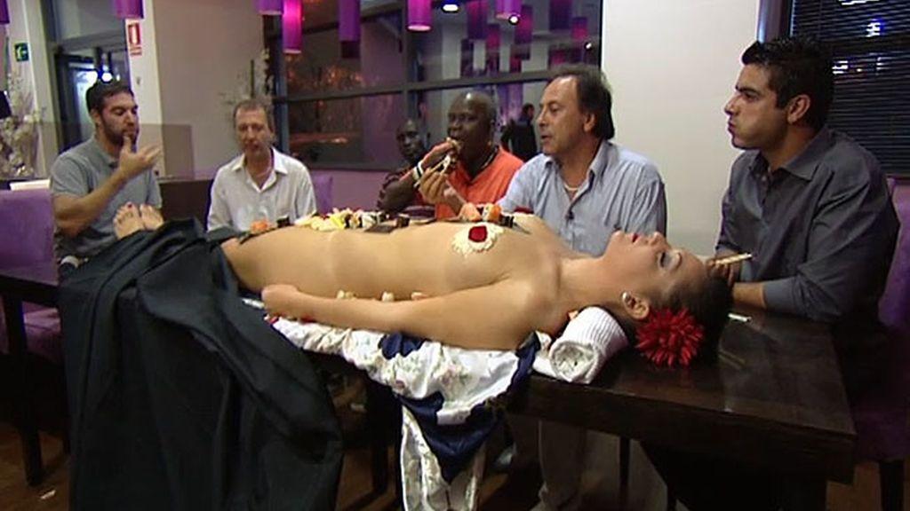 Los Bernhayer llevan a los Suri a un japonés donde se estila comer así