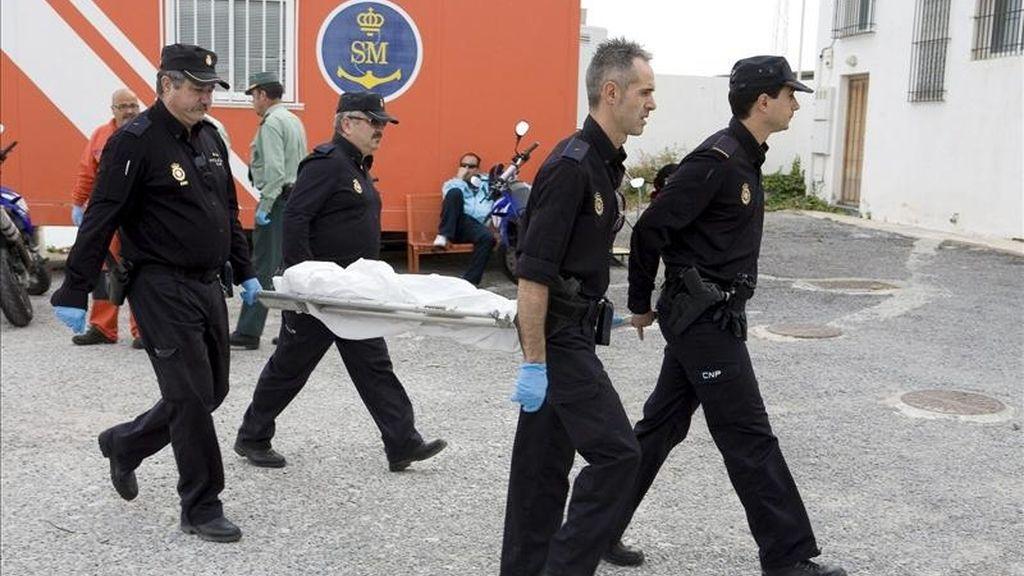 Efectivos de la Policía Nacional trasladan uno de los cadáveres de un varón y de dos menores recuperados durante la búsqueda de la veintena de inmigrantes que pudieron caer anoche de una patera semihundida al sur de Adra, de la que fueron rescatadas 29 personas. EFE