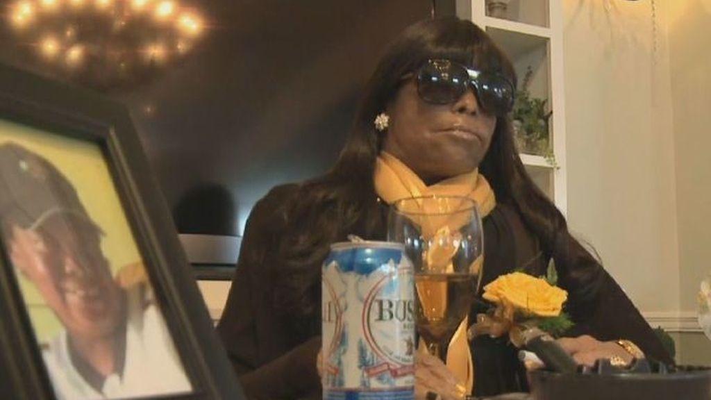 Una mujer asiste a su propio funeral