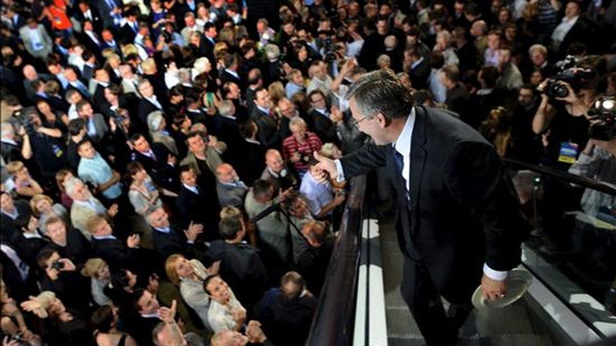 El candidato presidencial Bronislaw Komorowski saludando a sus simpatizantes en la noche de la segunda ronda de las elecciones presidenciales, en Varsovia este domingo. EFE