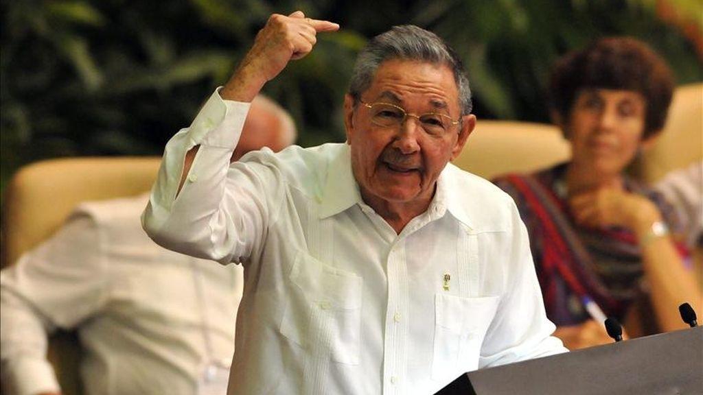 El presidente de Cuba, Raúl Castro, pronuncia un discurso este sábado 16 de abril de 2011, en La Habana (Cuba), durante la inauguración del VI Congreso del Partido Comunista de Cuba. EFE