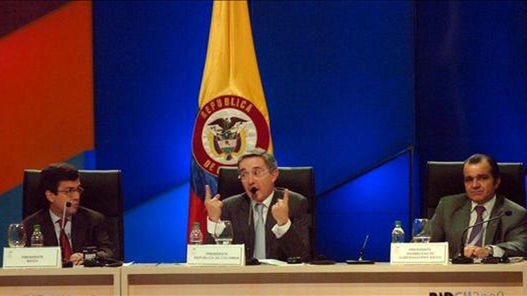 """En una rueda de prensa en la ciudad colombiana de Medellín, donde concluyó la 50 Asamblea del BID, Uribe dijo que su Gobierno busca """"crear confianza basada en seguridad y democracia"""". EFE"""