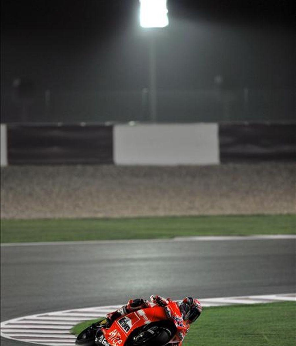 El piloto Casey Stoner conduce su motocicleta Ducsti hoy en el Circuito Internacional de Losail en Doha (Qatar). EFE