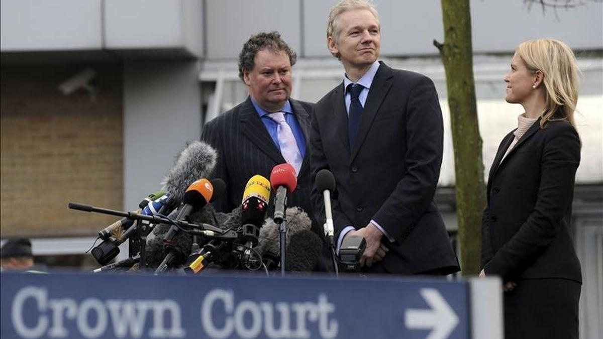 El fundador del portal WikiLeaks, Julian Assange (c) junto a su abogado Mark Stevens (i) y una asistente legal no identificada, se dirige a los periodistas tras salir del tribunal de Londres (Reino Unido), donde compareció hoy, martes 11 de enero de 2011, como parte del proceso de extradición a Suecia, país que le reclama para ser interrogado sobre supuestos delitos de agresión sexual. EFE