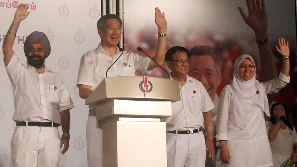 El primer ministro de Singapur, Lee Hsien Loong (c), pronuncia un discurso. EFE