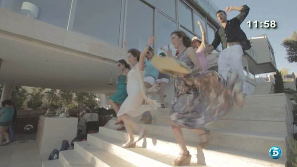 La presentadora ha versionado 'Dancing Queen' de Abba con todo el equipo