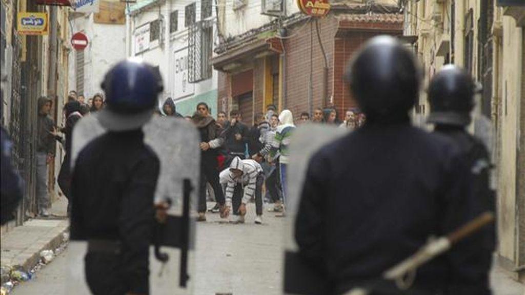Un grupo de jóvenes se enfrenta a la policía antidisturbios durante los incidentes que han tenido lugar en la ciudad de Orán, Argelia. EFE
