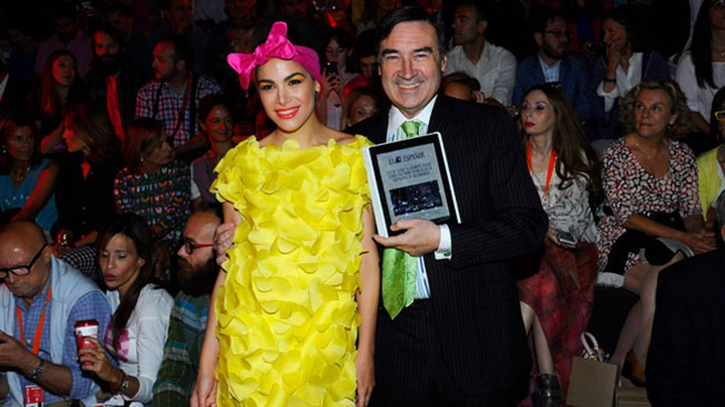 Con vestido amarillo y un lazo rosa, Cósima siguió atenta el desfile de su madre