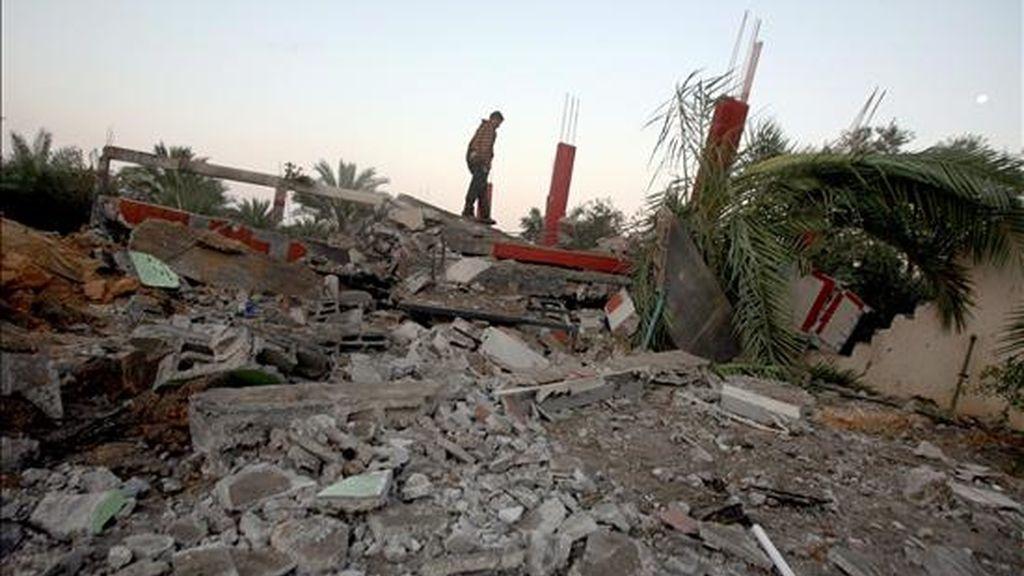 Un palestino inspecciona el 19 de noviembre de 2010, uno de los lugares bombardeados por aviones israelíes. Hoy se produjeron dos bombardeos isralíes en Gaza. EFE/Archivo