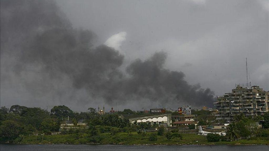 Una columna de humo se levanta en Abiyan (Costa de Marfil), La capital económica del país es escenario hoy de duros combates entre las fuerzas que apoyan a Laurent Gbagbo y las leales a Alassane Ouattara. EFE