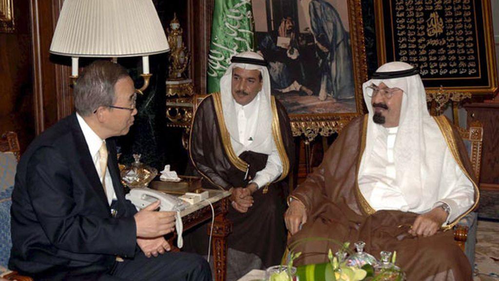 El rey de Arabia Saudí, Abdullah bin Abdulaziz Al Saud (d), con el secretario general de las Naciones Unidas, Ban Ki-moon (i), en su palacio en Yeddah (Arabia Saudí).