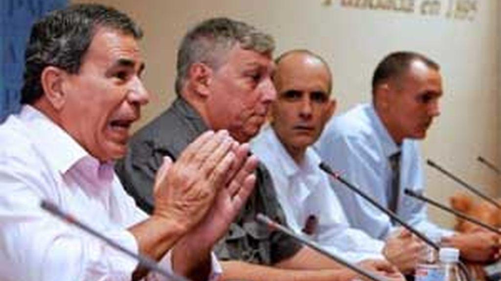 Julio César Gálvez, Ricardo González, José Luis García Paneque y Lester González, cuatro de los periodistas cubanos que han sido excarcelados. Foto: EFE.