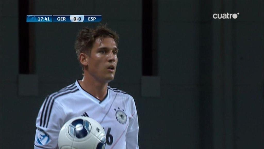 Un jugador alemán se dispone a sacar a de banda