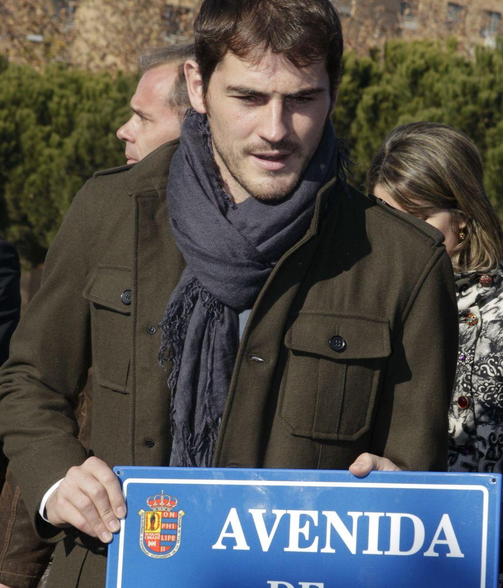 El portero del Real Madrid y de la selección española, Iker Casillas, durante el acto en el que se ha dado su nombre a una avenida en su localidad natal, Móstoles