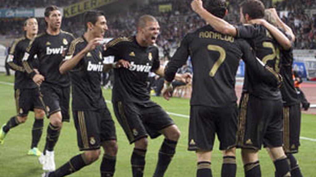 El Real Madrid celebra el único gol de la noche en Anoeta FOTO: EFE
