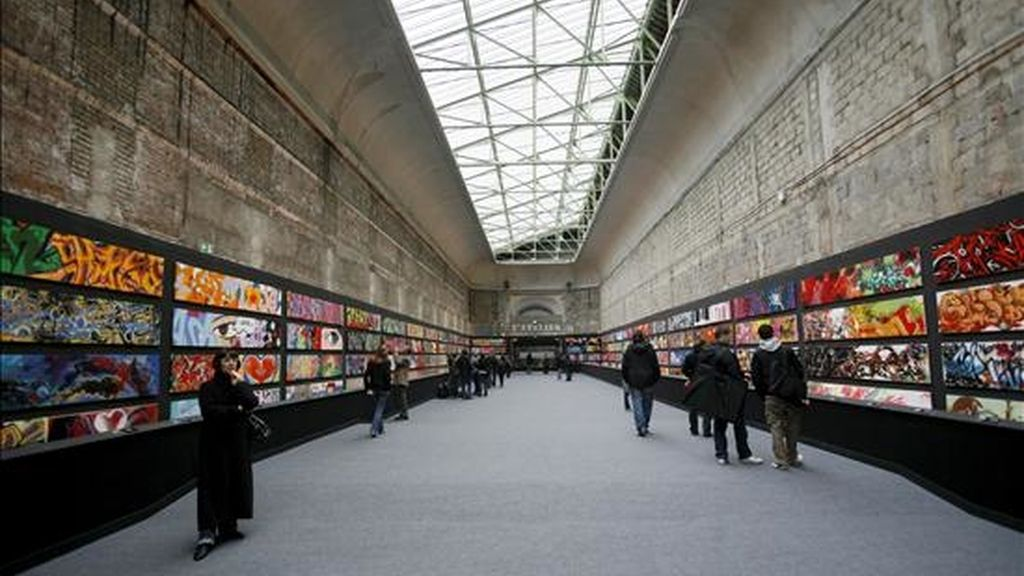 """Visitantes observan algunos de los graffitis que forman parte de la selección de graffitis seleccionados por el arquitecto Alain-Dominique Gallizia para la exposición """"T.A.G"""", en el Grand Palais de París (Francia). La exposición muestra trabajos de 150 artistas del graffiti y estará abierta hasta el próximo 26 de abril. EFE/Archivo"""