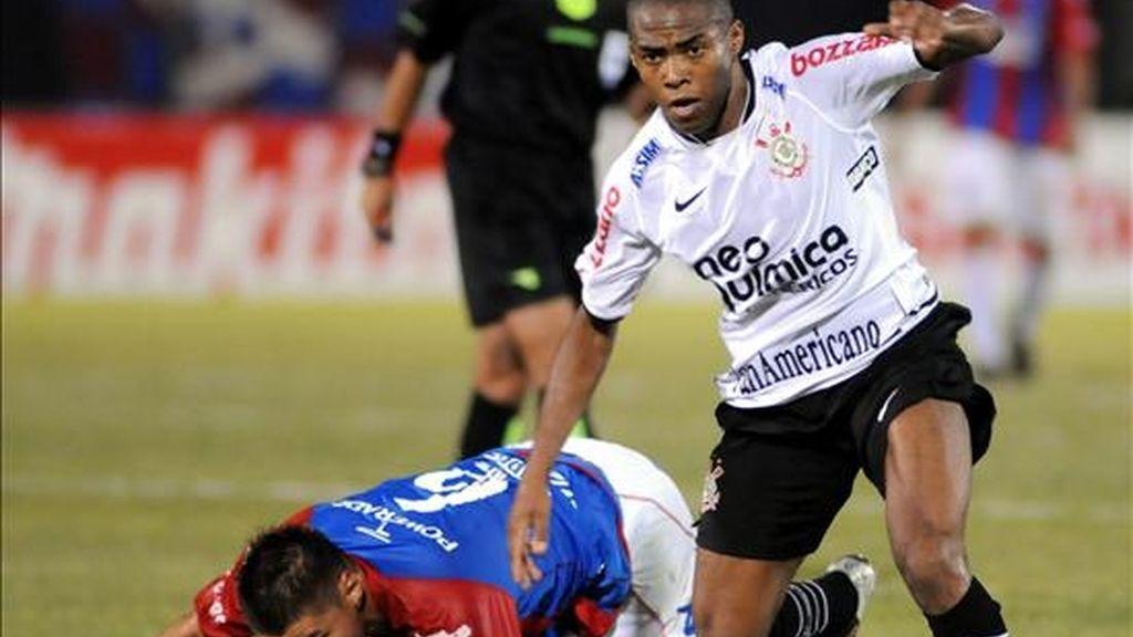 El jugador del Corinthians de Brasil Elías (d). EFE/Archivo