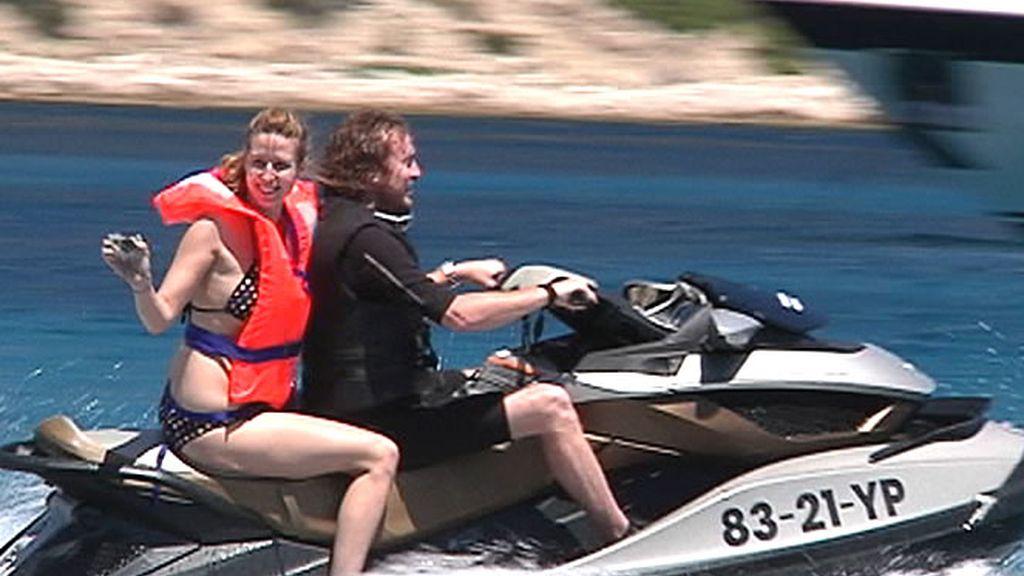 Dos personas disfrutan de una vuelta en la moto de agua