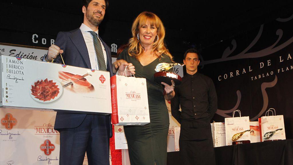 Miriam Díaz Aroca posa con su premio 'Personaje Pata Negra'