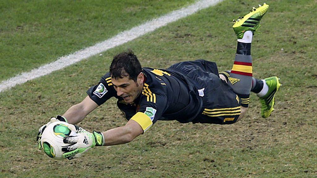 Iker Casillas atrapa un balón ante Italia