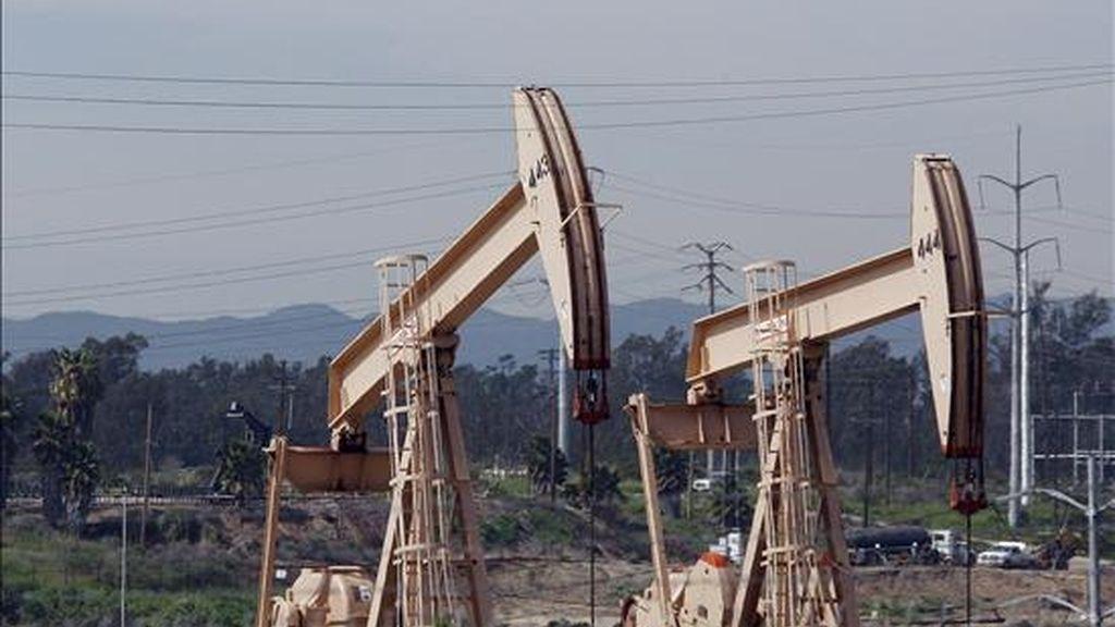 Unas bombas extraen petróleo de un pozo en Los Ángeles, California (EE.UU.). EFE/Archivo