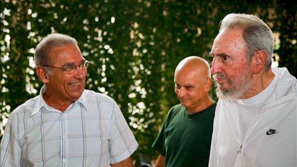 Fotografía cedida por Cubadebate del ex presidente cubano Fidel Castro (d) durante su visita al Centro Nacional de Investigaciones Científicas (CNIC) de La Habana. Al menos dos blogs de periodistas cubanos difundieron en internet las fotos que se atribuyen esta visita. EFE