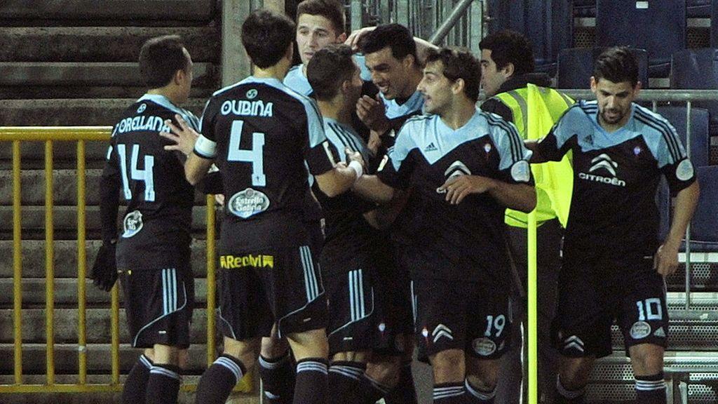 Los jugadores del Celta celebral el gol marcado al Granada por su compañero, el defensa argentino Gustavo Cabral