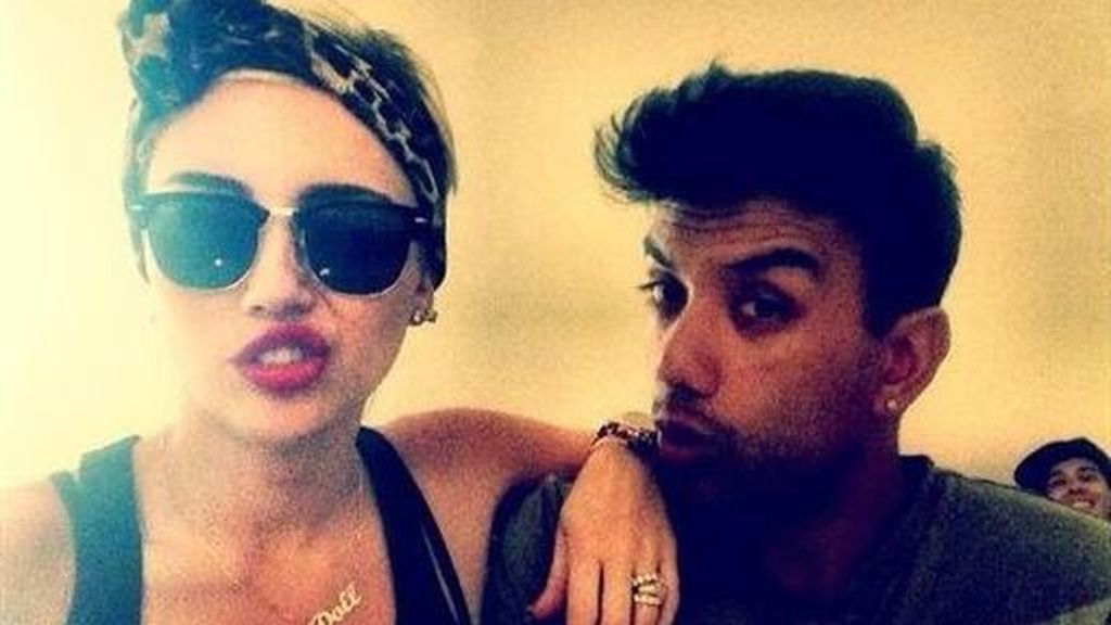 Miley Cyrus insinúa que sigue comprometida con Liam Hemsworth en Twitter