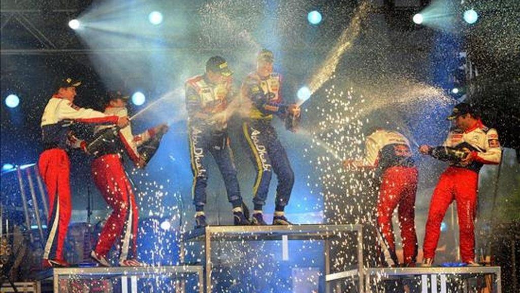 El piloto finlandés Jari-Matti Latvala (c-d) y su compañero y compatriota Miikka Anttila (c-i) celebrando su victoria en el rally de Finlandia en Jyvaskyla (Finlandia) este sábado. EFE