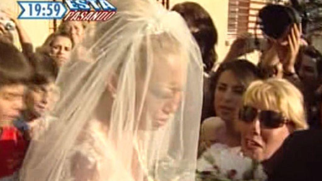 La novia, acompañada de sus vecinos