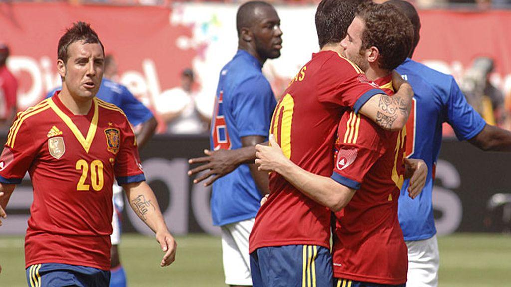 Cesc se abraza con Mata tras el segundo gol de España