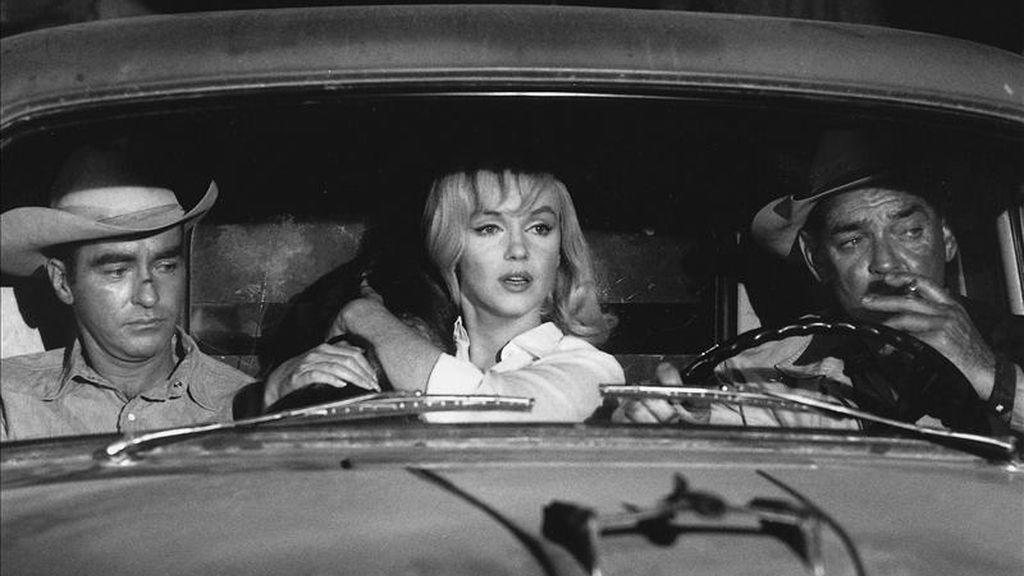 """Imagen facilitada por Phaidon de la fotografía tomada por Erich Hartmann, de la agencia Magnum, de tres grandes estrellas -Marilyn Monroe, Clark Gable y Montgomery Clift-, durante el rodaje de """"Vidas rebeldes"""", dirigida por John Huston, una de las 200 fotos realizadas por Henri Cartier-Bresson, Eve Arnold, Bruce Davidson, Elliott Erwitt, Ernst Haas, Cornell Capa, Inge Morath, Erich Hartmann y Dennis Stock que componen """"The Misfits. Story of a shoot"""" (""""Vidas rebeldes. Historia de un rodaje""""), en el que se plasman las dificultades derivadas tanto de los escenarios elegidos por Huston como de las situaciones personales de sus intérpretes. EFE"""