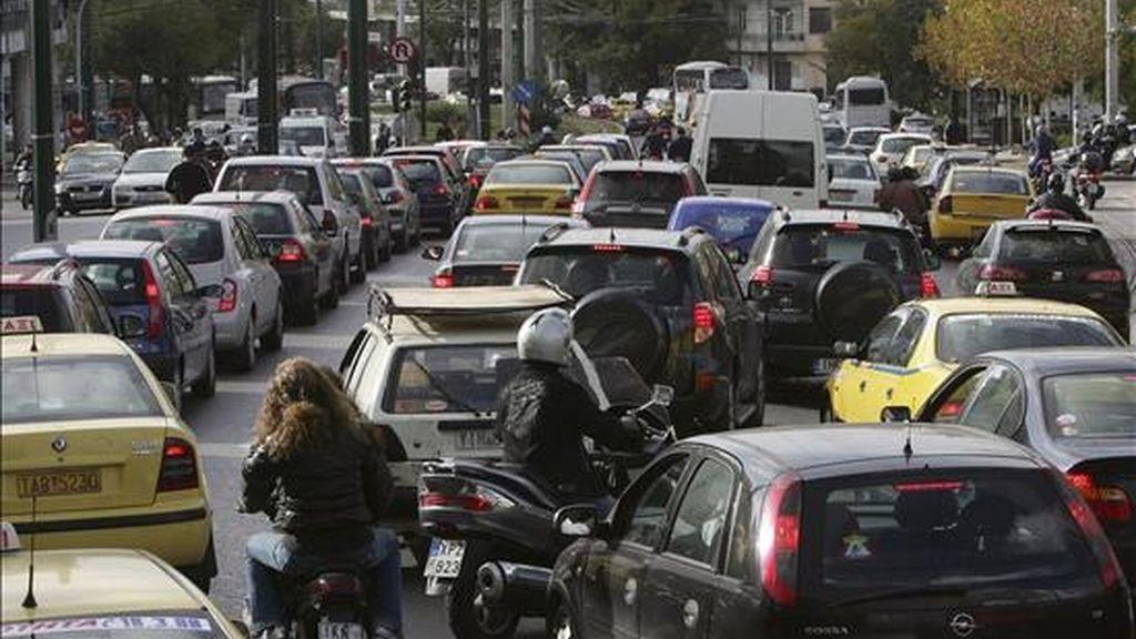 Atasco en una calle de Atenas, Grecia, en una jornada de huelga. EFE/Archivo