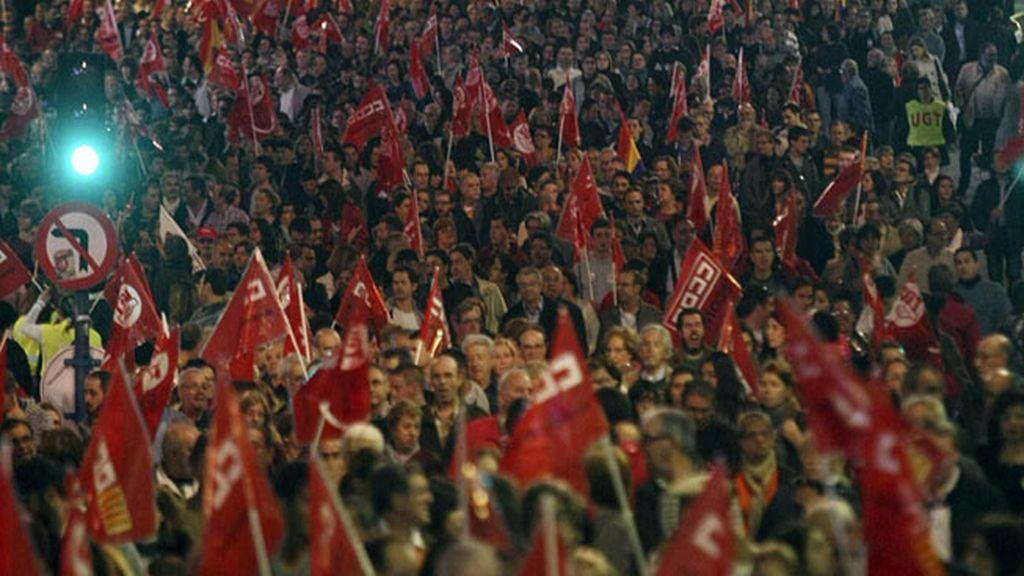 Gran número de personas a su paso por la avenida Alfonso X el Sabio, durante la manifestación convocada por los sindicatos con motivo de la huelga general, que esta tarde ha recorrido las principales calles de Alicante