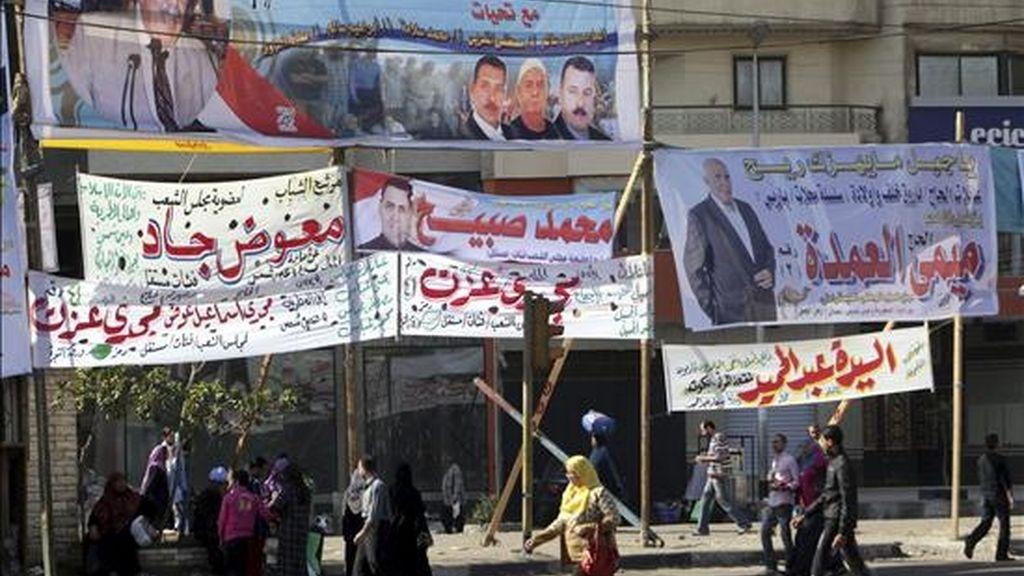 Carteles de propaganda electoral en las calles de El Cairo el pasado jueves con motivo de las elecciones parlamentarias de este domingo. EFE